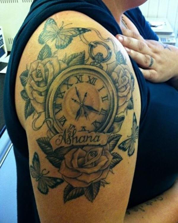 Tatuaje en el brazo, reloj de bolsillo con flores y mariposas