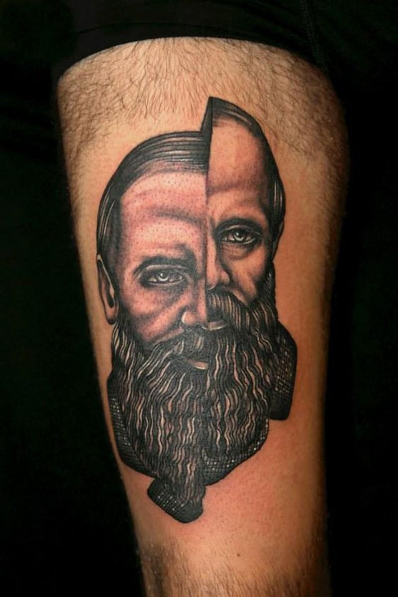 grande inchiostro nero ritratto di uomo frammentato tatuaggio su coscia