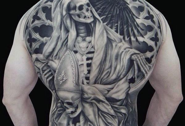 Tatuaje en la espalda, esqueletos religiosos en capas, dibujo volumétrico negro blanco