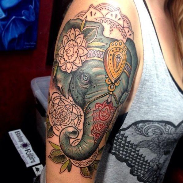 Tatuaggio colorato sul braccio la testa dell&quotelefante