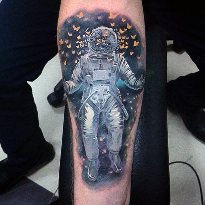Tatuaje en el antebrazo, astronauta lindo entre mariposas