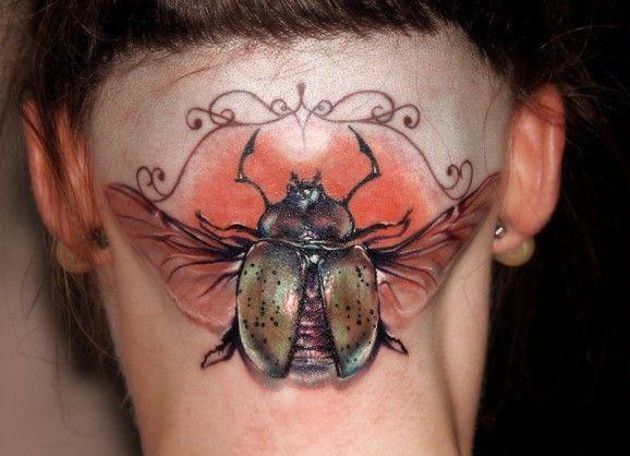 Tatuaggio colorato sulla nuca l&quotinsetto