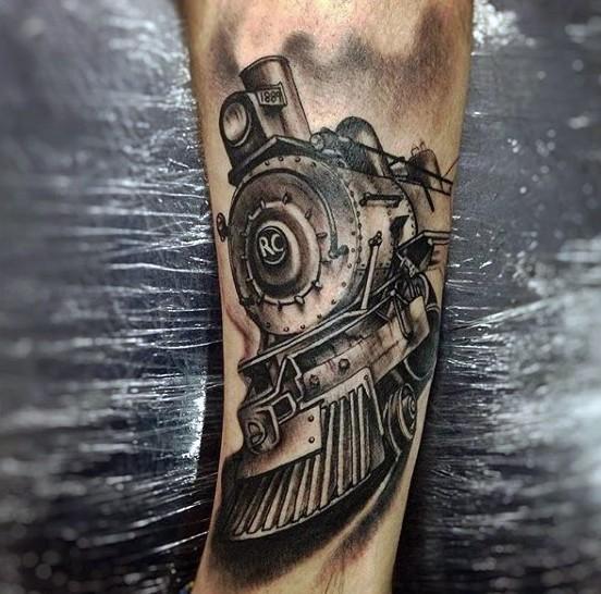 Tatuaje en el brazo, locomotora excelente detallada