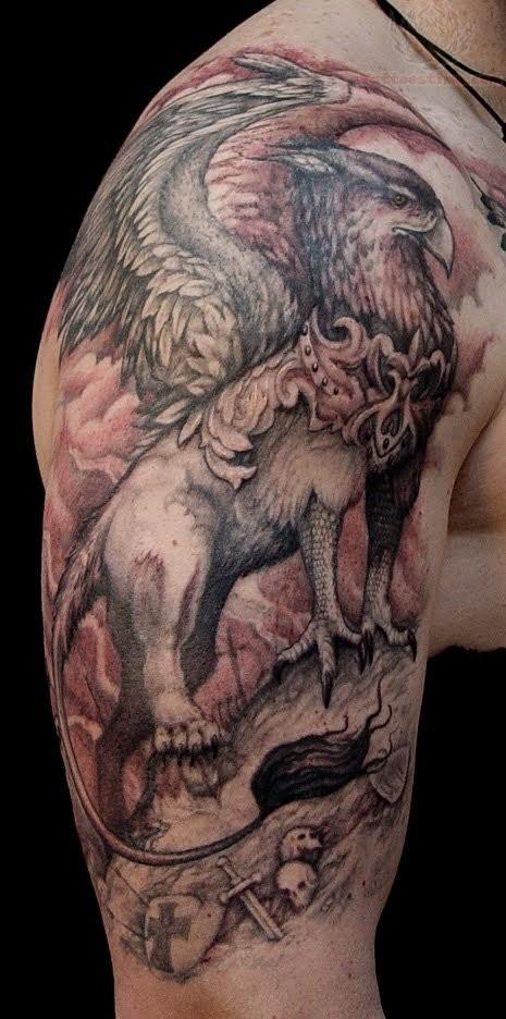 grande grifone realistico tatuaggio su spalla