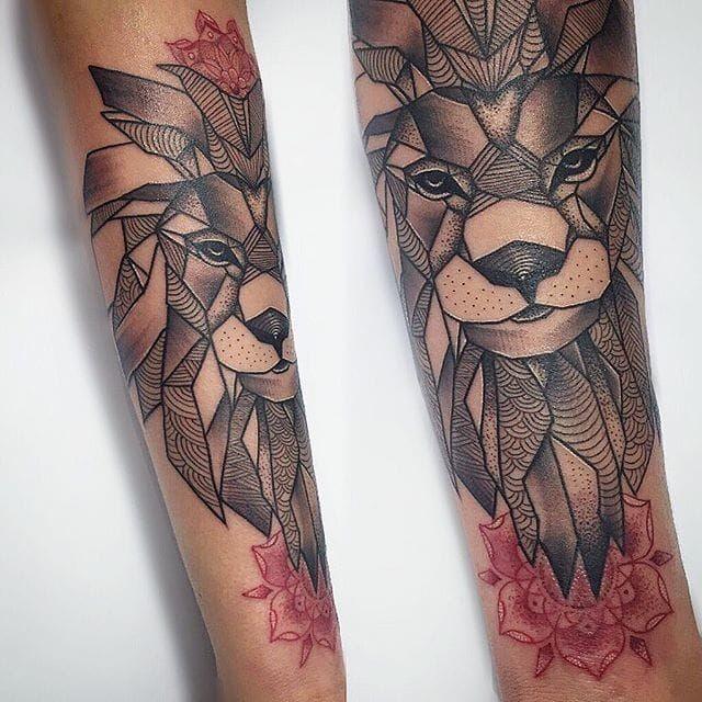 Tatuaggio di leone con fiori rossi
