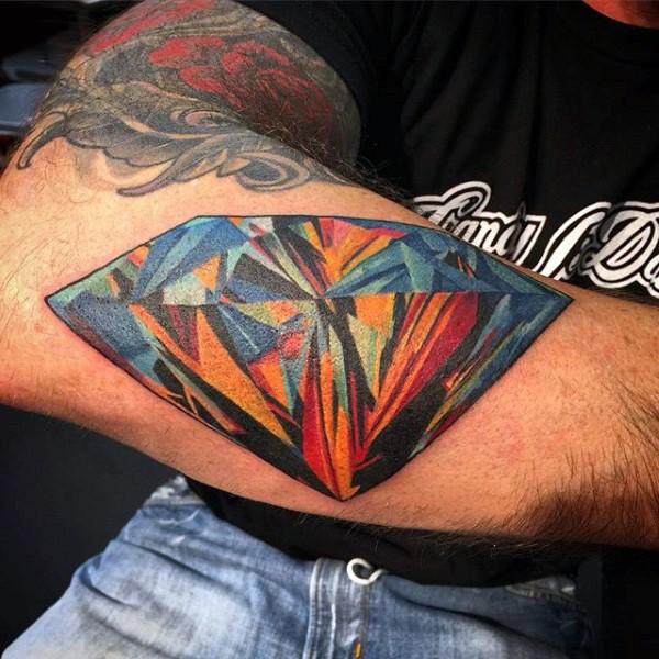 Tatuaje en el antebrazo, diamante multicolor brillante