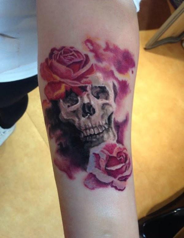 insolito colorato romantico fiori rosa con cranio tatuaggio su braccio