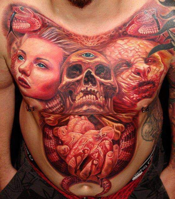 Tatuaggio impressionante sulla pancia il teschio grande & il demone& la donna