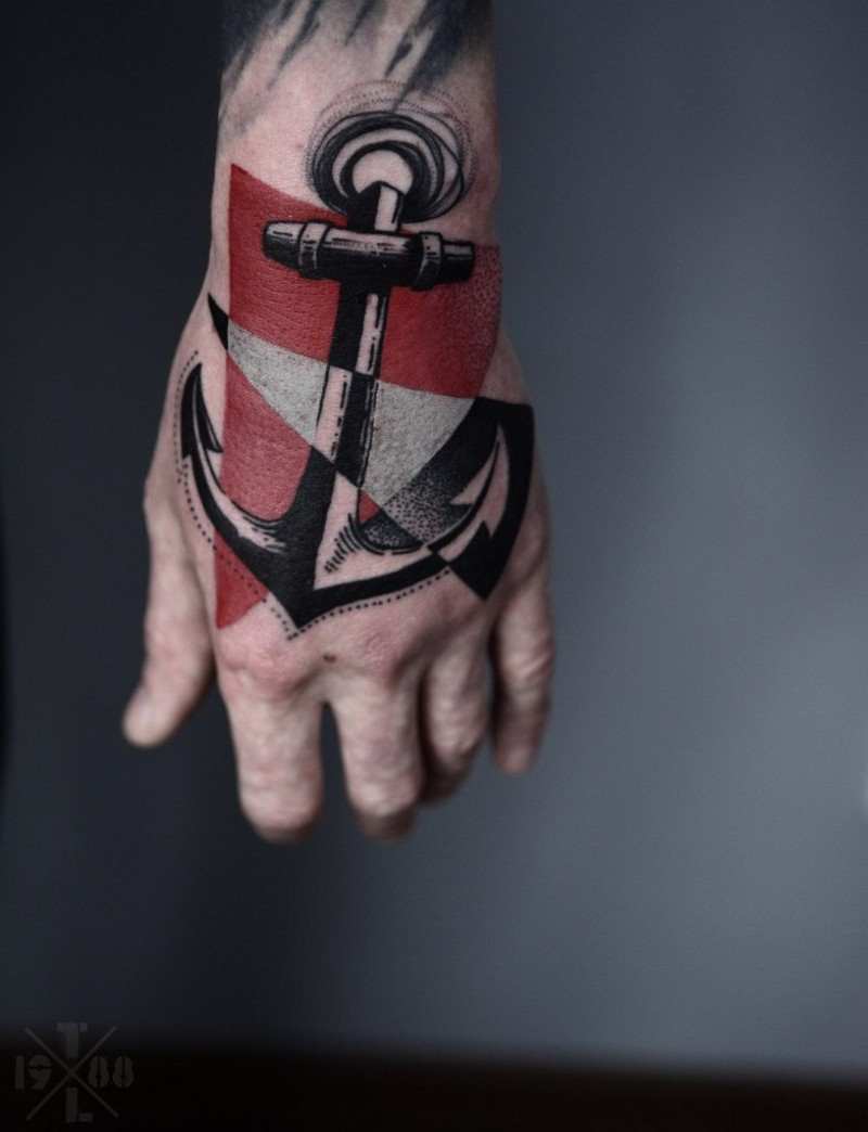 grande stilizzato ancora con triangoli colorato tatuaggio  su mano