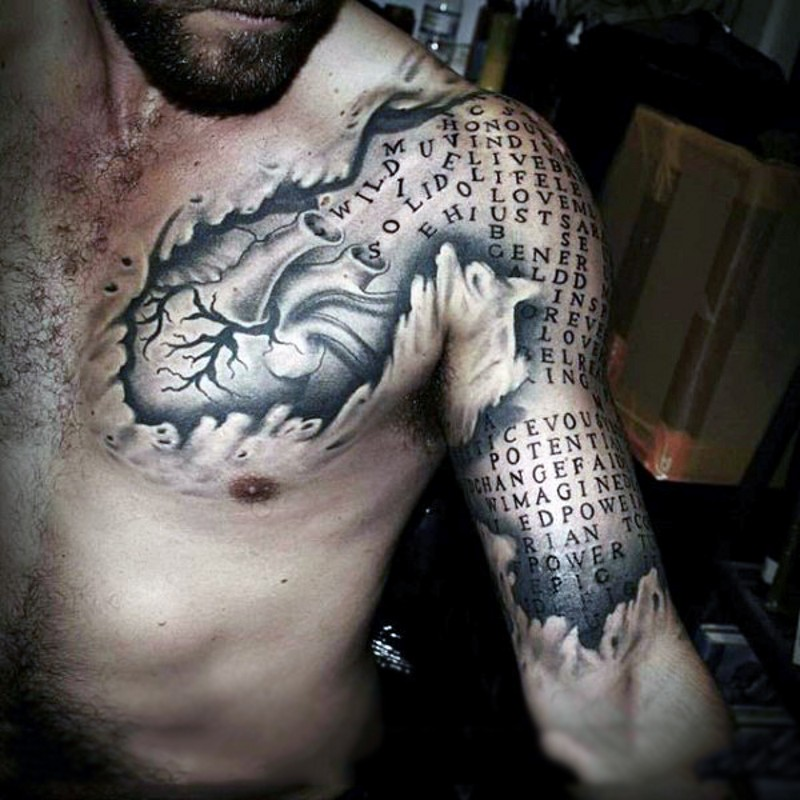 grande unico dipinto inchiostro nero cuore e lettere tatuaggio su braccio e petto