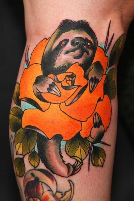 grande insolito dipinto colorato bradipo con fiore tatuaggio su gaba