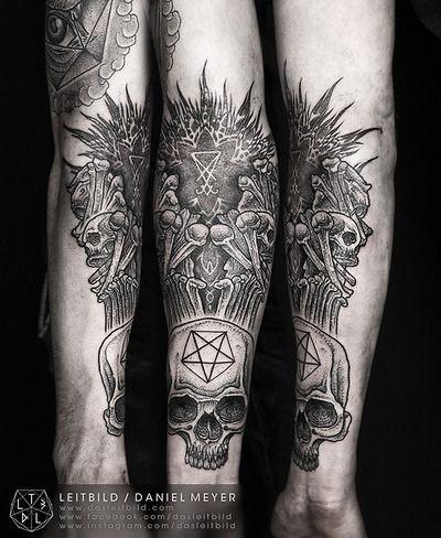 grande molto dettagliato bianco e nero culto statua con cranio tatuaggio su braccio