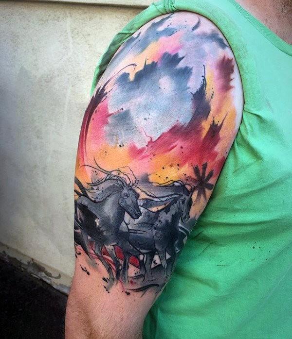 Tatuaggio grande braccio stile acquerello per cavalli in corsa