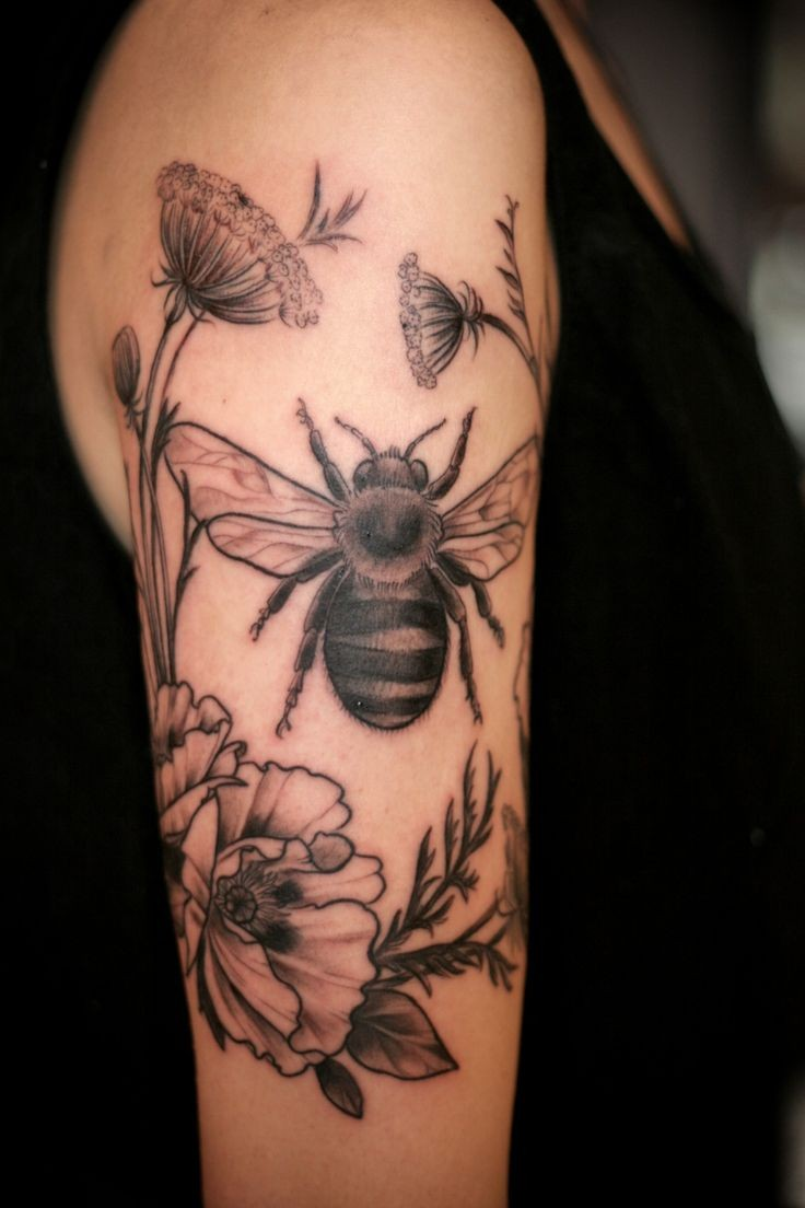 Tatuaggio pittoresco sul braccio l&quotape & i fiori