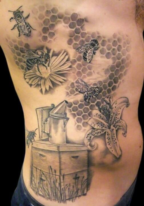 Tatuaggio impressionante sul fianco le api & il favo di miele