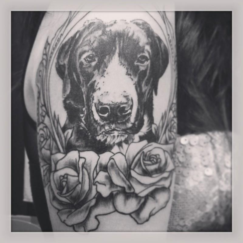 Tatuaggio carino sul braccio la testa del cane& le rose