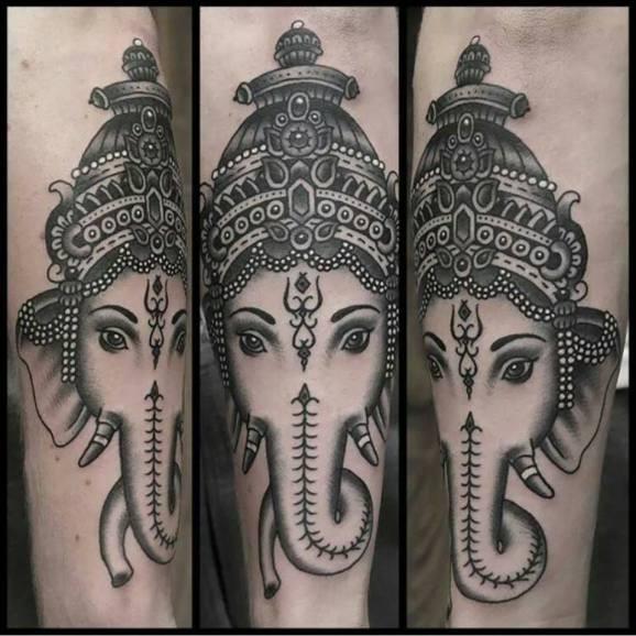 Tatuaggio sul braccio la testa del dio Ganesha