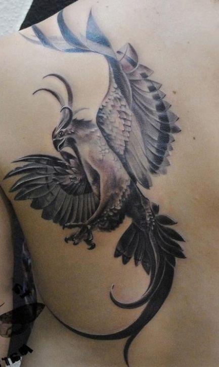 Tatuaggio grande sulla spalla l&quotuccello nero bianco