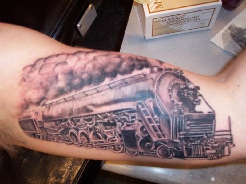 Tatuaggio del treno dipinto accurato in stile nero e grigio sui bicipiti