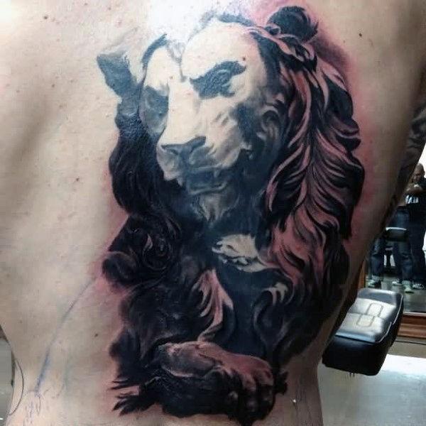 Tatuaggio grande metà schiena in stile nero e grigio di statua di pietra leone