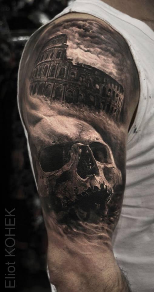 Cranio umano dall&quotaspetto bello e nero con il Colosseo