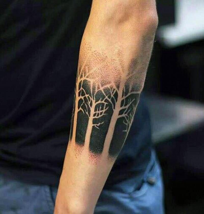 nero e bianco interessante disegno alberi spogli tatuaggio su braccio