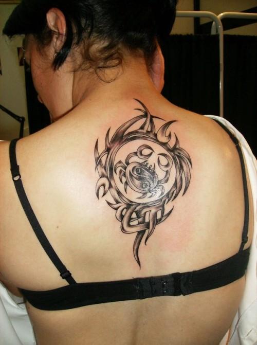 nero granchio celtico tatuaggio su parte superiore della schiena