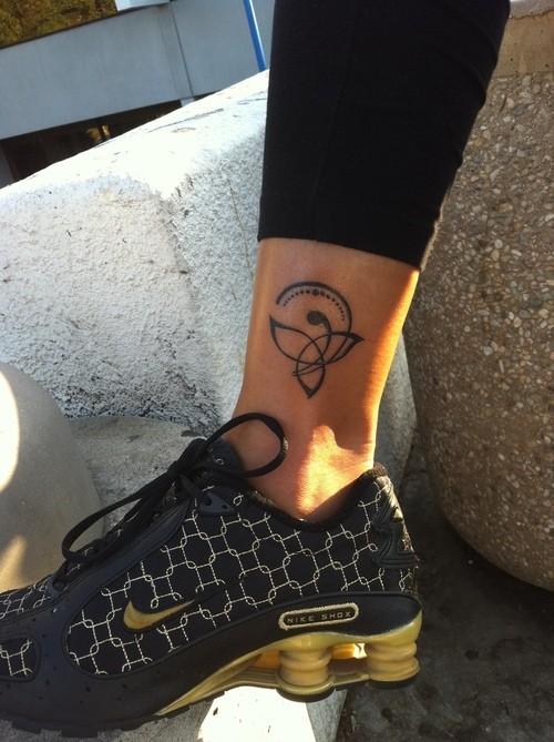 amicizia celtica tatuaggio nero su caviglia