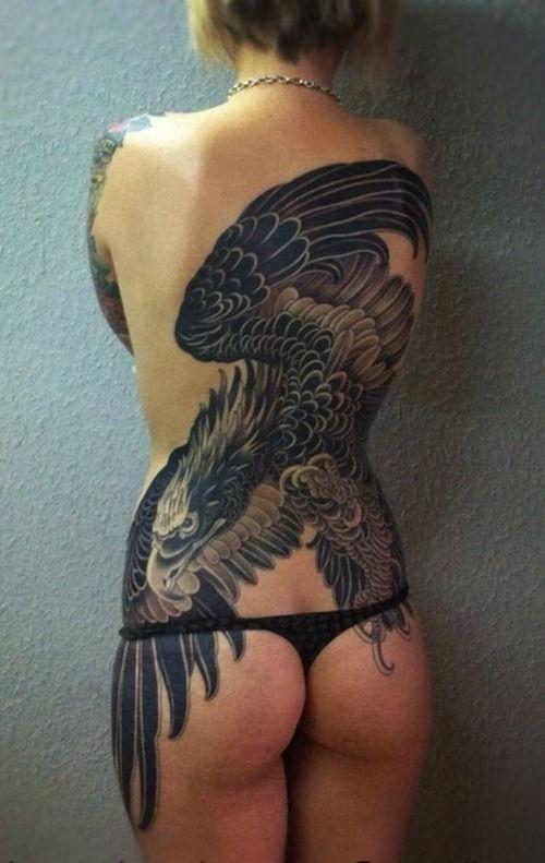 Tatuaje en la espalda, águila grande negra