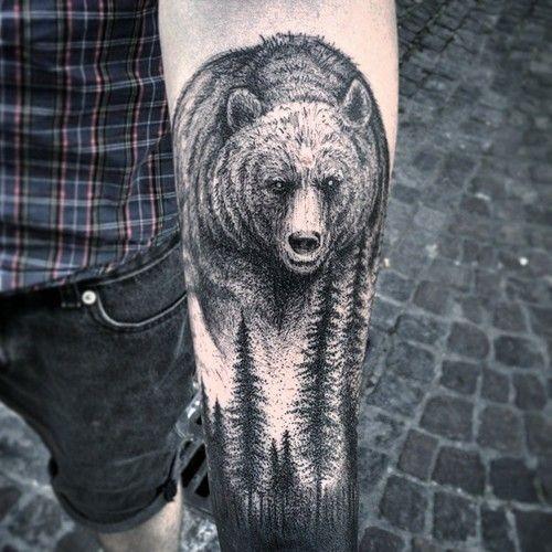 grigio nero orso e foresta avambraccio tatuaggio