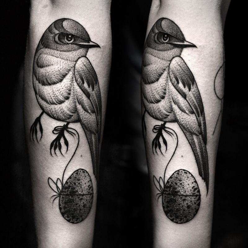 nero grigio uccello avambraccio tatuaggio da Kamil Czapiga