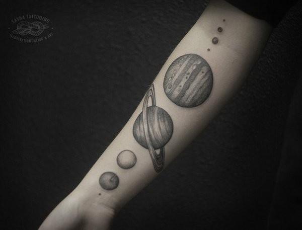 grigio nero pianeti avambraccio tatuaggio