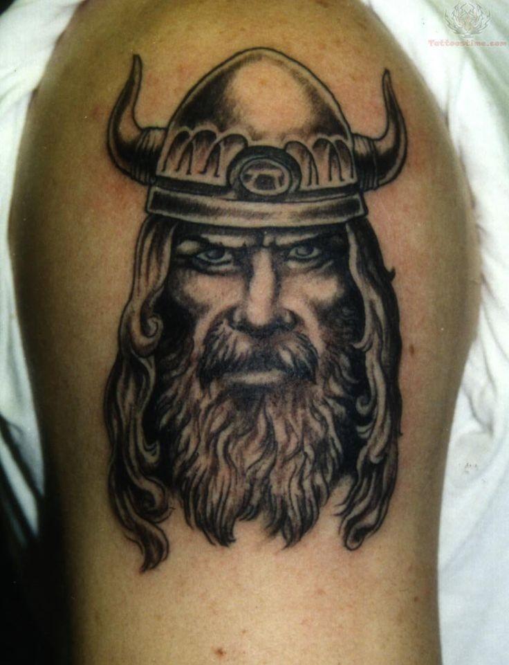 ritratto vichingo nero grigio tatuaggio mezza manica