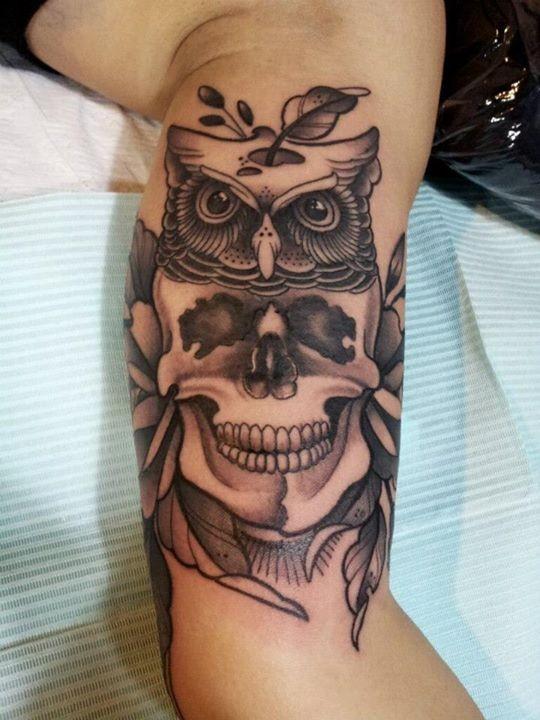 grigio nero teschio gufo tatuaggio su braccio