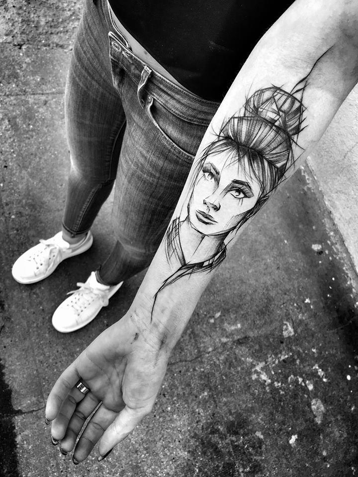 Inchiostro nero stile asiatico dipinto da Inez Janiak tattoo of geisha woman