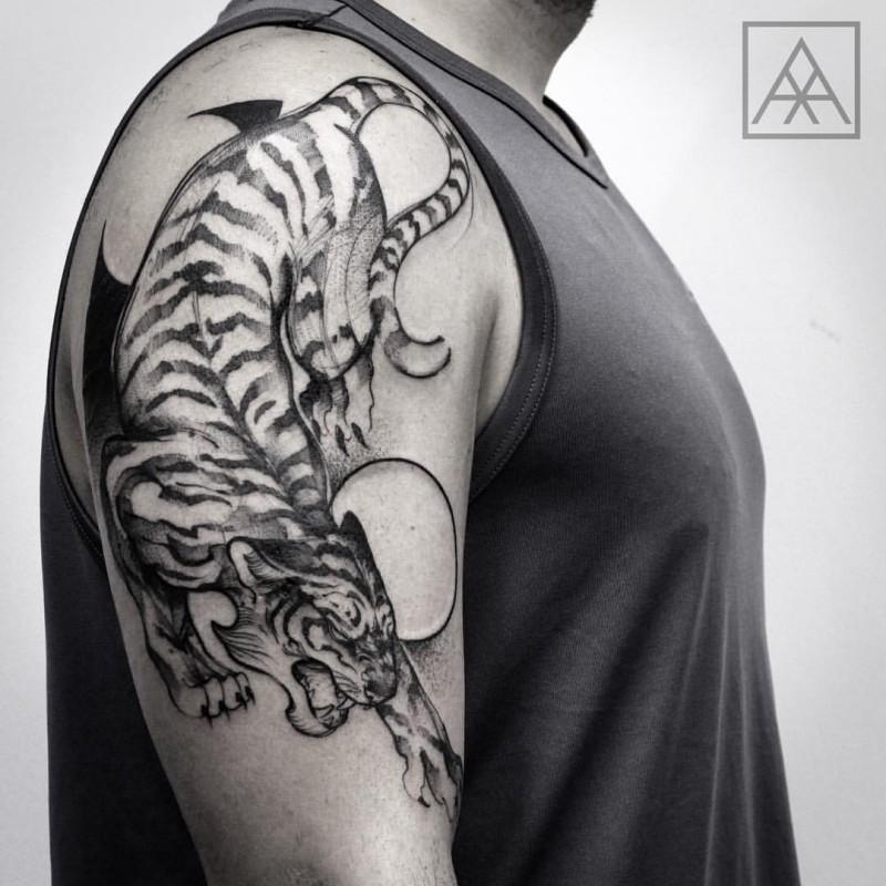 Tatuaggio alla spalla in stile asiatico con inchiostro nero di tigre con cerchi