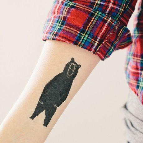 Tatuaggio piccolo sul braccio l&quotorso nero