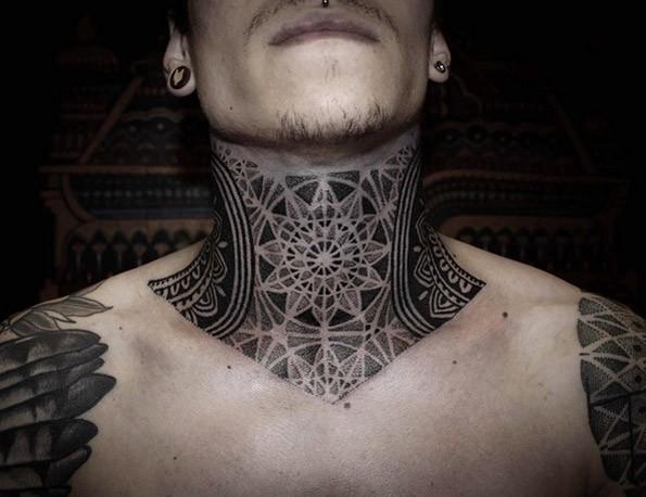 Tatuaggio alla gola dall&quotaspetto di inchiostro nero dot style
