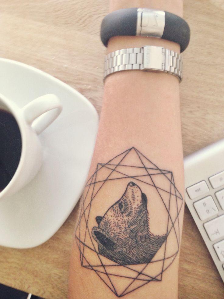 Tatuaggio carino sul braccio la testa dell&quotorso nelle forme geometriche