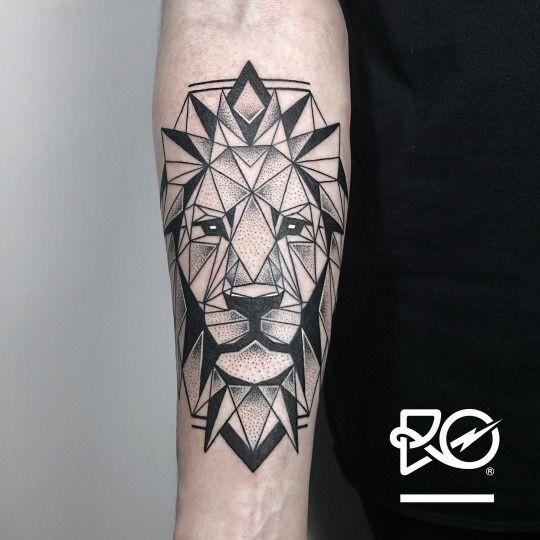 Tatuaggio con avambraccio in stile geometrico a inchiostro nero della testa di leone