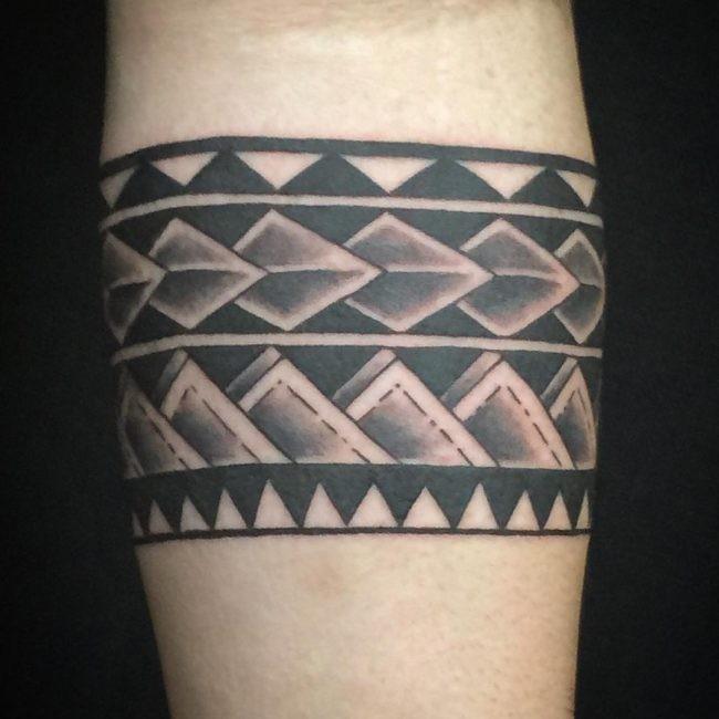 Schwarze Tinte alt aussehende Unterarm Tattoo von alten Ornamenten