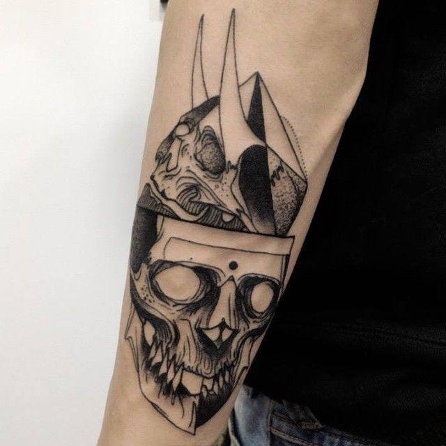 Stile di schizzo di inchiostro nero dipinto da Michele Zingales tatuaggio del braccio di teschi umani con le corna