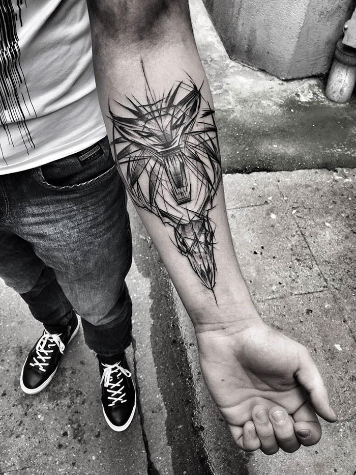Schizzo del tatuaggio a inchiostro nero dipinto da Inez Janiak di teschi demoniaci