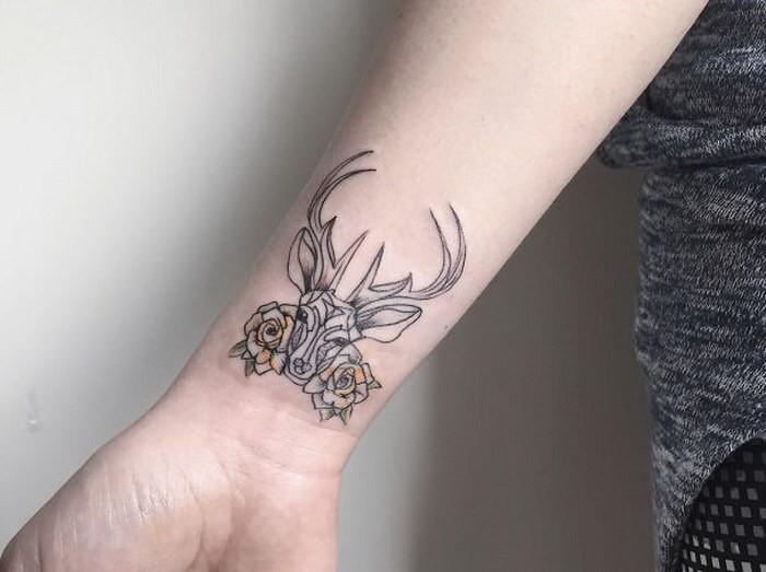 schwarzes winziges tattoo am handgelenk von hirsch mit. Black Bedroom Furniture Sets. Home Design Ideas