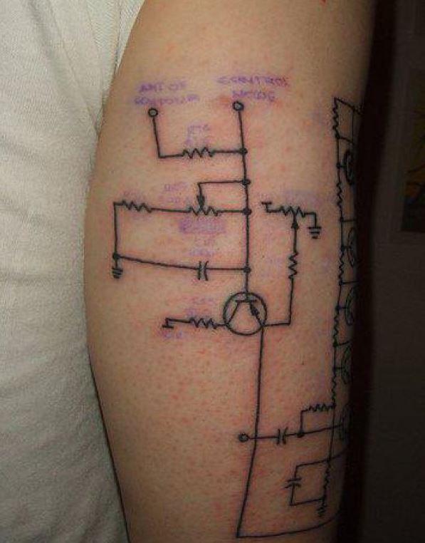 linee nere circuito disadattato tatuaggio su braccio