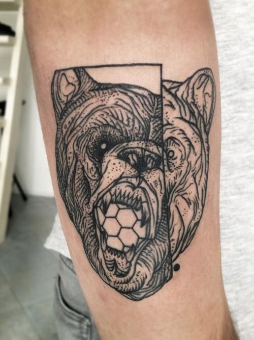 linee nere testa di orso tatuaggio in nuovo stile