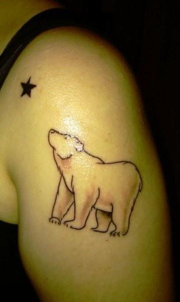 linee nere silhouette orso e stella tatuaggio sulla spalla