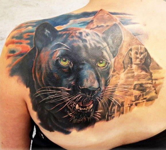 Tatuaggio super realistico sulla spalla la pantera nera