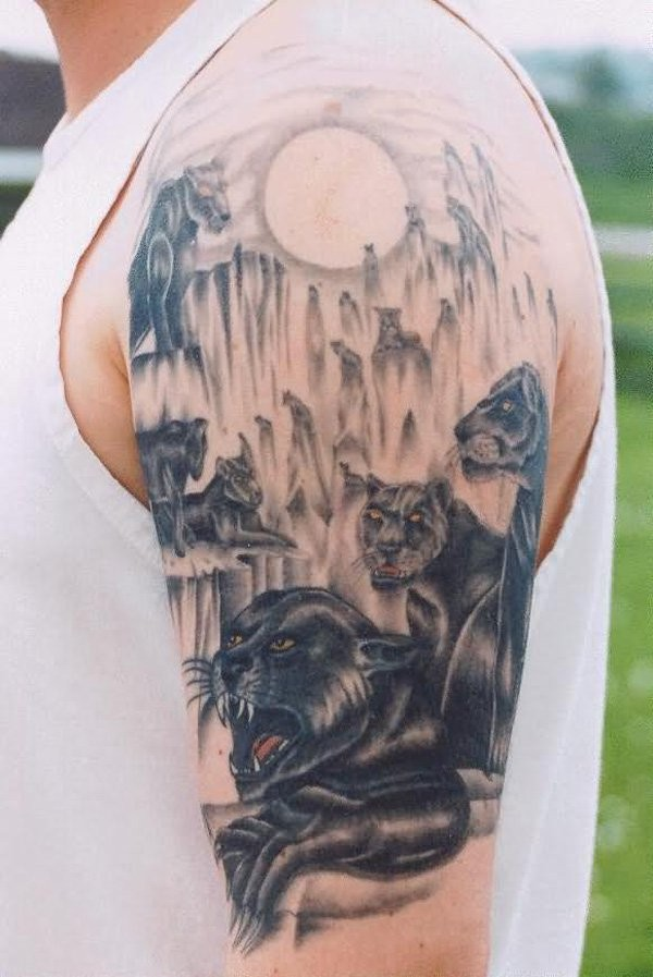 pantera nera e luna piena tatuaggio sulla scapola