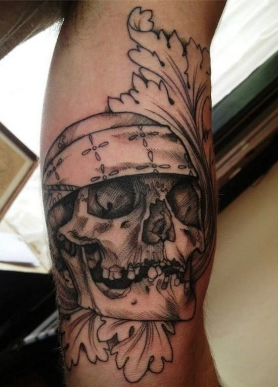 Black pirate skull with tracery tattoo